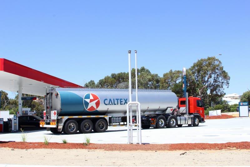 Levert de Caltex zware aanhangwagen olie, gas en benzine bij een benzinestation, Australië royalty-vrije stock foto