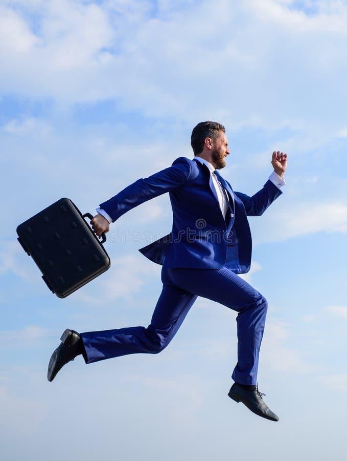 Levert het zakenman formele kostuum inspanning te slagen Bovennatuurlijke macht Het succes in zaken eist bovennatuurlijke inspann stock foto's