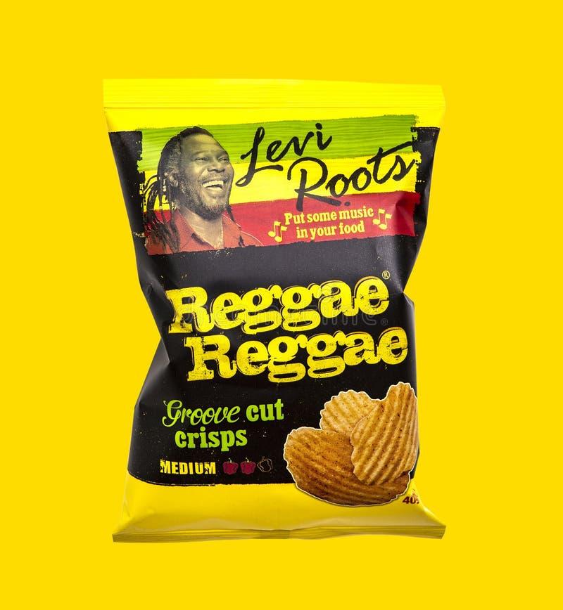 Levi Roots Reggae Reggae Groove sneed chips op een gele achtergrond royalty-vrije stock afbeelding