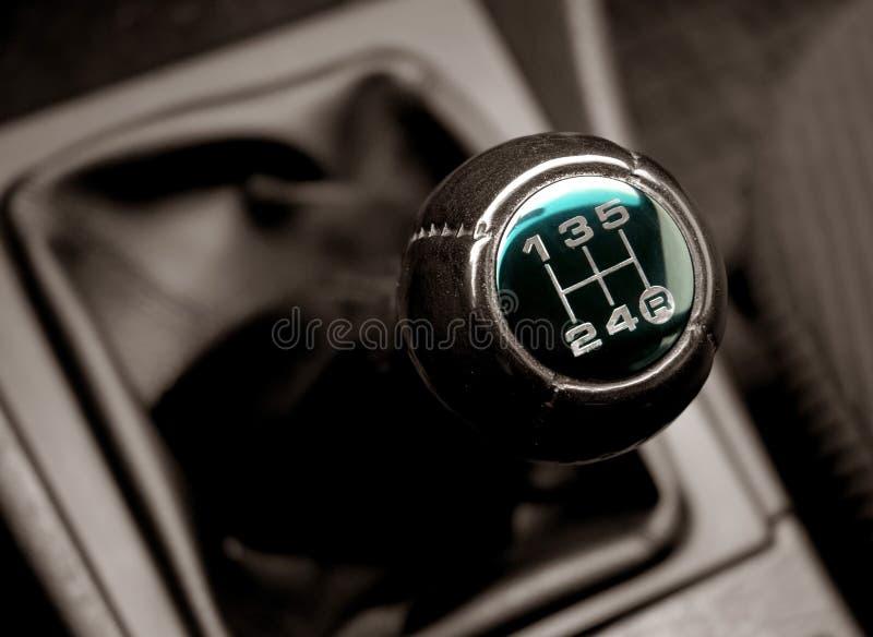 Levier de la commutation des boîtes de vitesses une automobile images stock