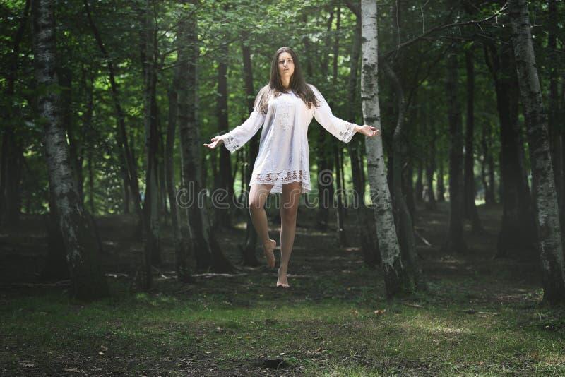 Levitação bonita da mulher foto de stock