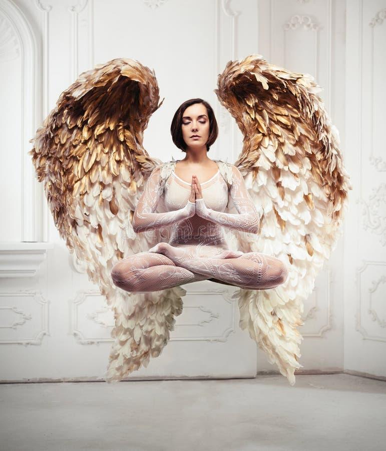 Levitação da ioga da jovem mulher e conceito da meditação Objetos que voam na sala fotografia de stock
