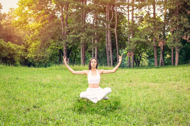 Levitación de la meditación de la yoga - mujer joven que hace yoga imagen de archivo libre de regalías