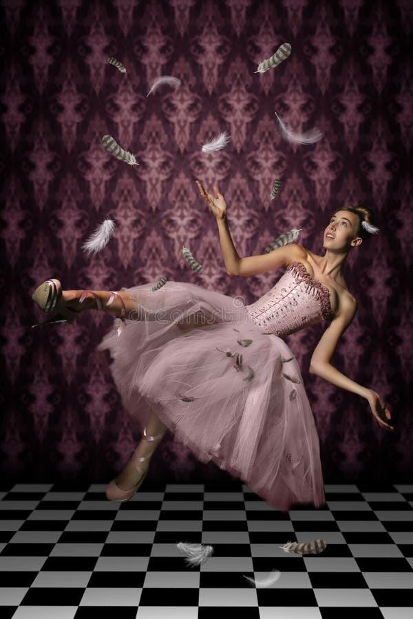 Levitación tirada de una mujer y de plumas fotografía de archivo libre de regalías