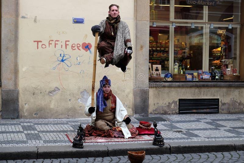 Levitando a ilusão do homem na rua de Praga fotos de stock royalty free