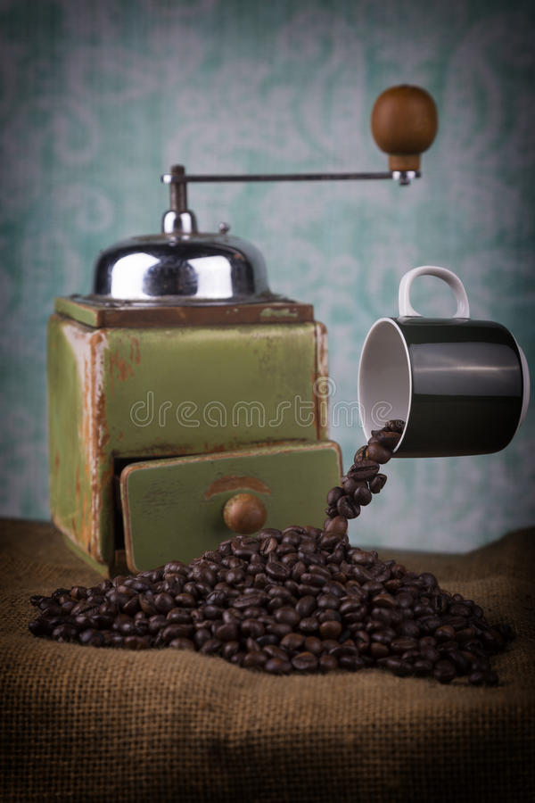 Levitando o moedor do copo e de café imagem de stock
