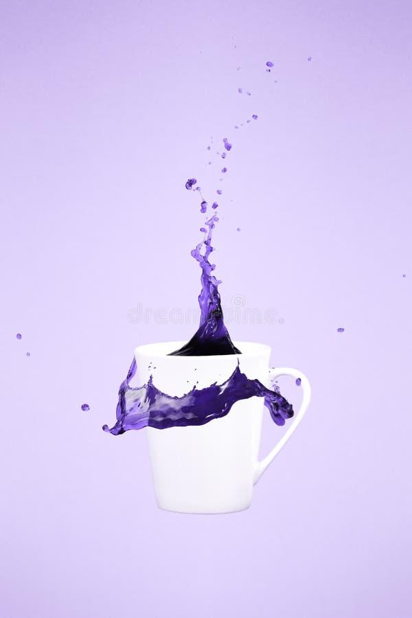 Levitar a caneca de café com espirra Conceito do café Arte mínima imagens de stock royalty free
