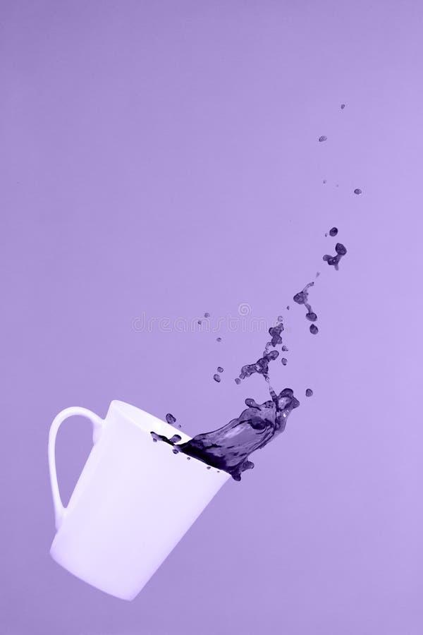 Levitar a caneca de café com espirra Conceito do café Arte mínima fotografia de stock royalty free