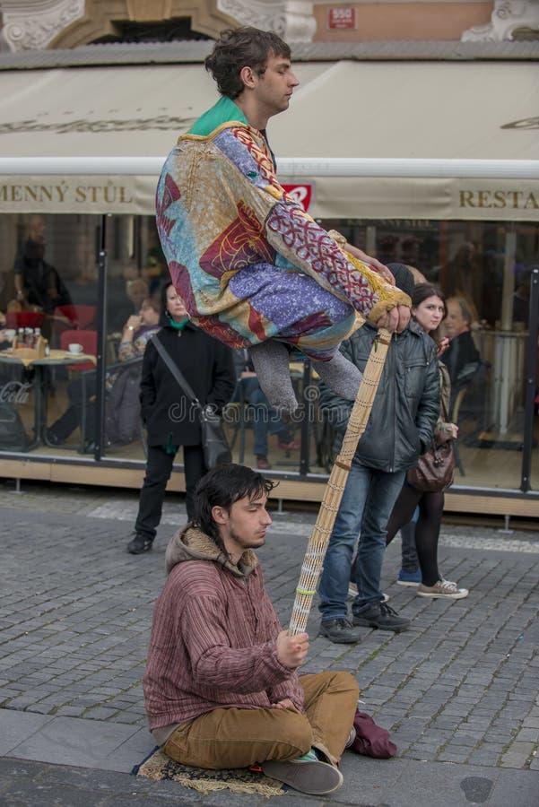 Levitating złudzenie aktu Praga ulicy wykonawcy fotografia stock