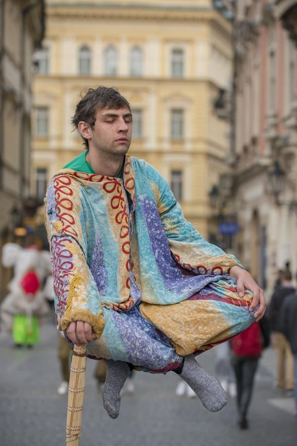 Levitating złudzenie aktu Praga ulicy wykonawcy zdjęcia stock