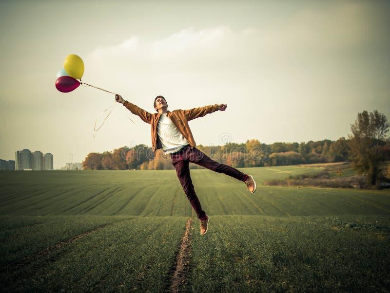 levitation Levitação do menino no campo imagens de stock royalty free