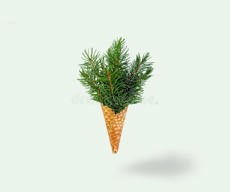 Levitazione del gelato dell'albero di Natale sul fondo di Ligth Concetto di nuovo anno Composizione minima in festa Copi lo spazi immagine stock