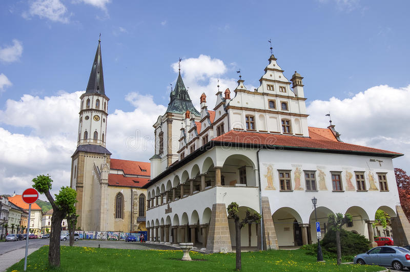 Levoca, Eslovaquia - 10 de mayo de 2013: C vieja del ayuntamiento y del St Jacob fotografía de archivo