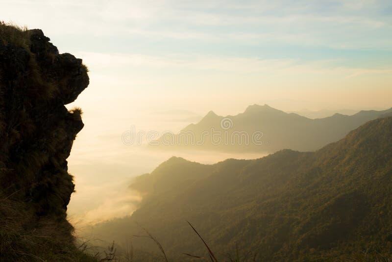 Lew głowa kształtował ogromną falezę z mgłą i górami w ranku zdjęcia stock