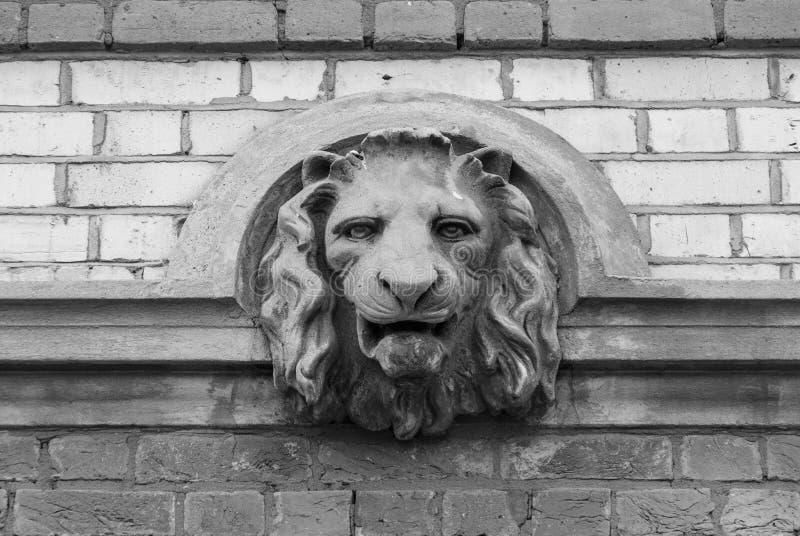 Lew głowy popiersia rzeźby szczegół w ścianie - czarny i biały wersja zdjęcia stock