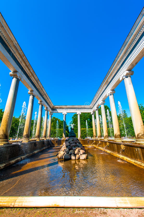 Lew Kaskadowa fontanna przy Peterhof fotografia stock