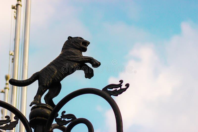 Lew mosiężna statua przewodzi niebo fotografia royalty free