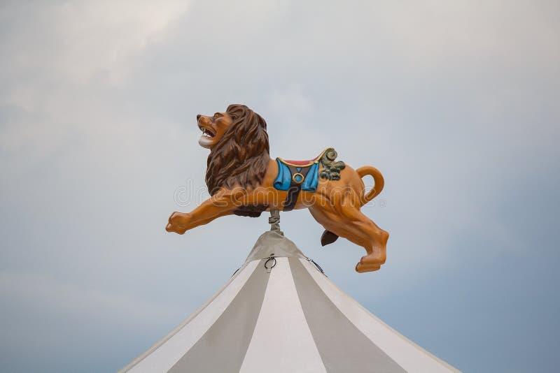 Lew nad kopułą carousel fotografia royalty free