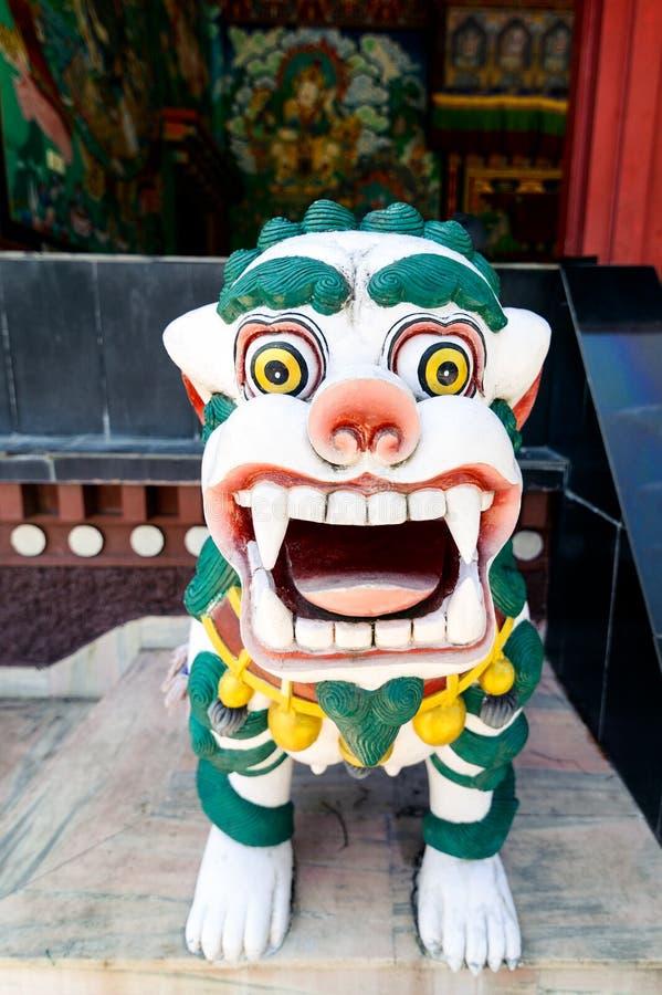 Lew rzeźba przy główną bramą Kopan monasteru świątynia w Kathmandu fotografia stock