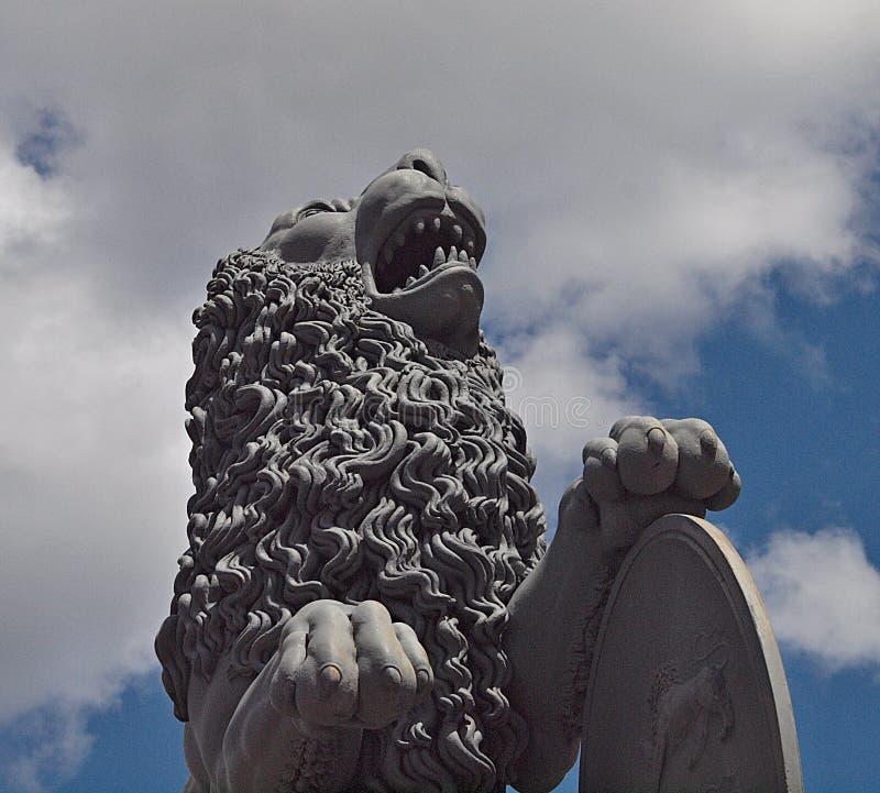 Lew rzeźba przy nowym kasztelem w Stuttgart obrazy royalty free