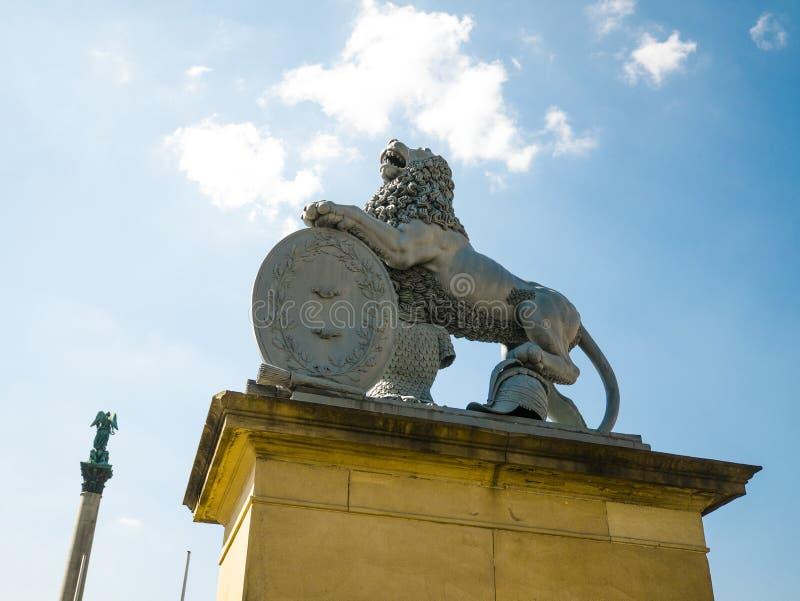Lew statua, Neues Schloss za fontann?, domicyl minister finans?w, pa?ac w Schlossplatz kwadracie zdjęcia stock