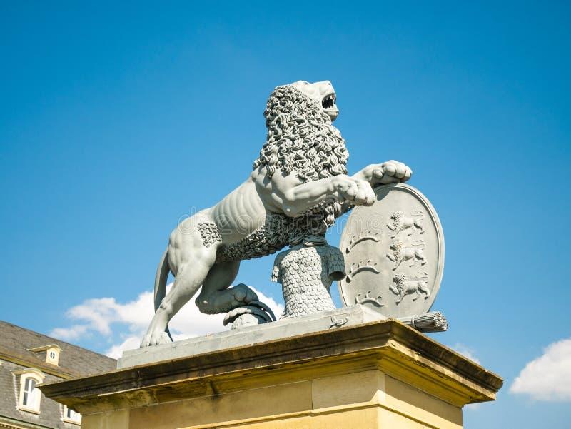 Lew statua, Neues Schloss za fontann?, domicyl minister finans?w, pa?ac w Schlossplatz kwadracie obrazy stock
