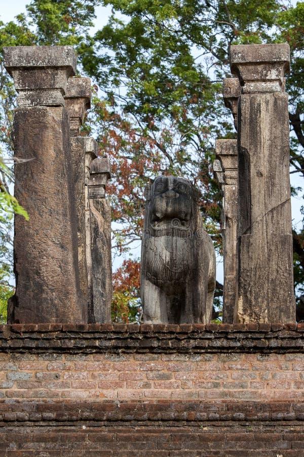 Lew statua wśród rada sala królewiątko Nissankamamalla przy Polonnaruwa w Sri Lanka obrazy royalty free
