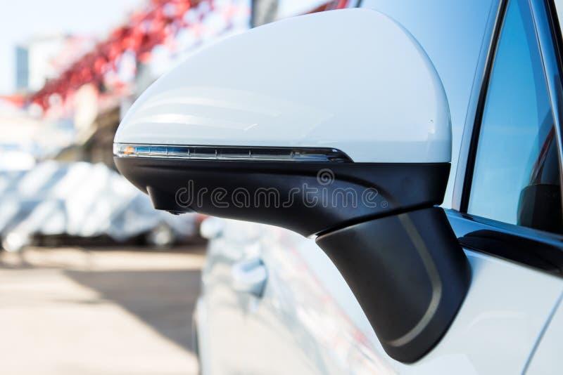 Lewa strona Tylni widoku lustra pokrywa z obw?dka widokiem 360 stopni kamer Na bia?ej premii SUV parkuj?cy na ulicie parking obraz stock