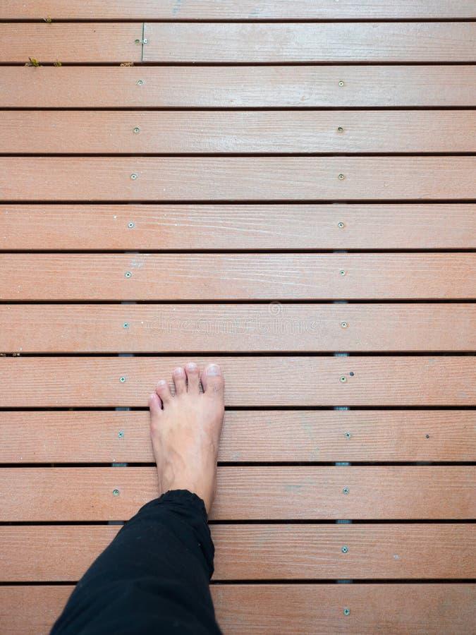 Lewej stopy odprowadzenie na drewnianej deski ścieżce zdjęcie royalty free