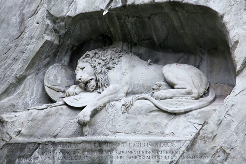 Lewendenkmal lejonmonumentgränsmärket i Lucerne, Schweiz Det sneds på klippan för att hedra de schweiziska vakterna av Louis XV arkivbild