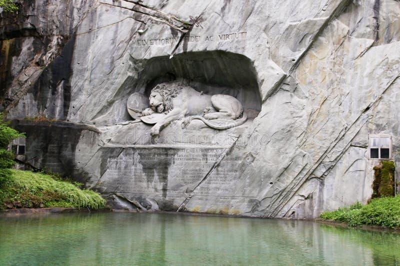 Lewendenkmal, o marco do monumento do leão na lucerna, Suíça Foi cinzelado no penhasco para honrar os protetores suíços de Louis  fotografia de stock