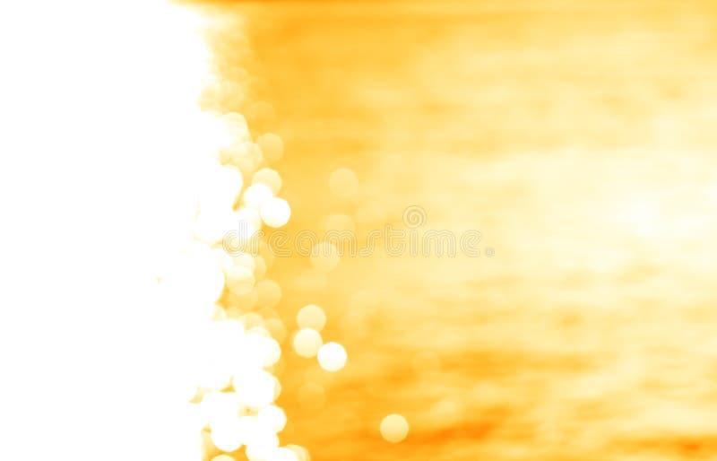 Lewica wyrównujący rozjarzonej słońce ścieżki żółty ocean z lekkim przecieku backg zdjęcia stock