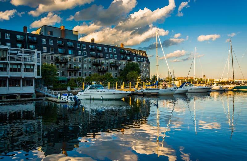 Lewis Wharf en boten die in de Binnenhaven van Boston nadenken, binnen stock fotografie