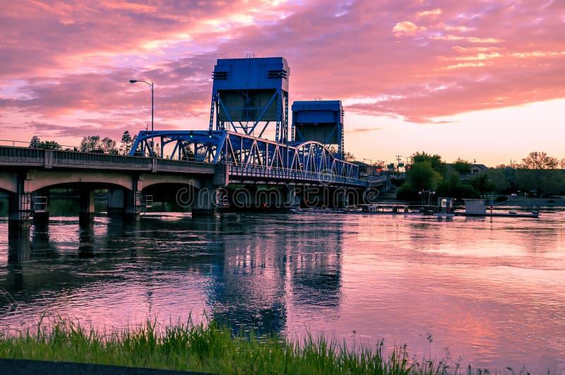 Lewiston - Clarkston blåttbro mot vibrerande skymninghimmel Idaho och staten Washingtongräns royaltyfri fotografi