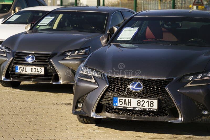 Lexus bilar framme av återförsäljarebyggnad på Februari 25, 2017 i Prague, Tjeckien royaltyfri foto