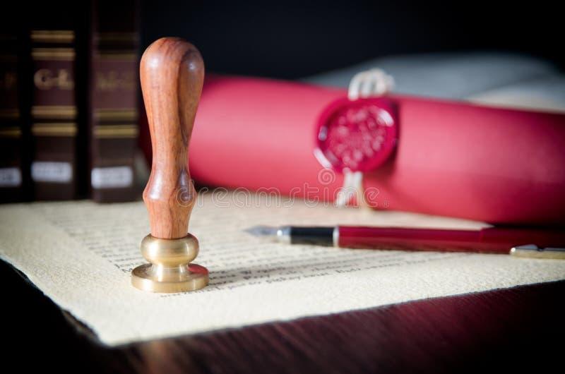 Ley, abogado, sello del notario público y pluma en el escritorio foto de archivo