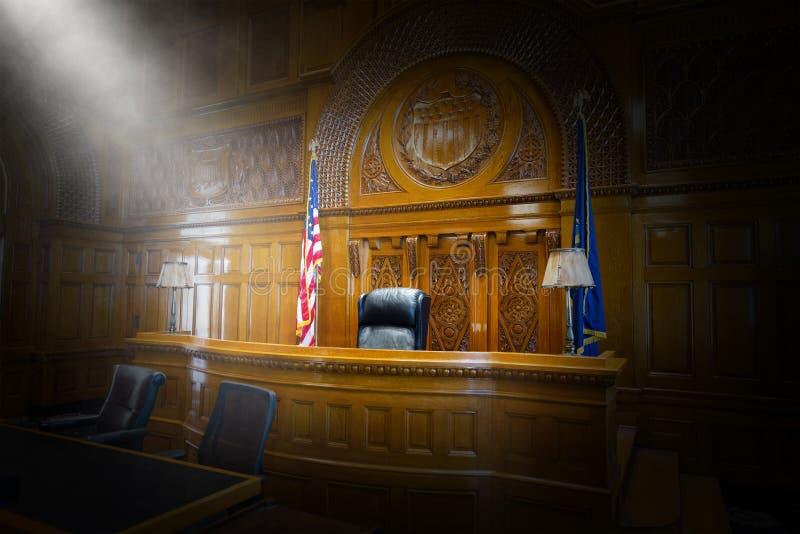 Ley, corte, sala de tribunal, juez, silla, banco fotografía de archivo libre de regalías