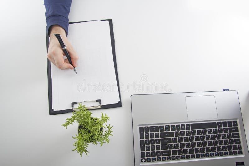 Ley jurisprudencia El hombre en el lugar de trabajo imagen de archivo libre de regalías