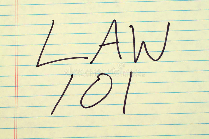 Ley 101 sobre un cojín legal amarillo imagenes de archivo