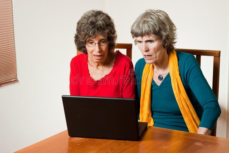 Leyendo las noticias impactantes en línea imagen de archivo