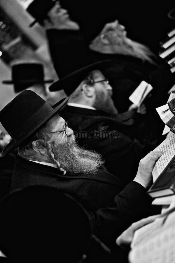 Lezajsk, Πολωνία - το ορθόδοξο εβραϊκό άτομο το Μάρτιο του 2011 Circa προσεύχεται μέσα στοκ εικόνες