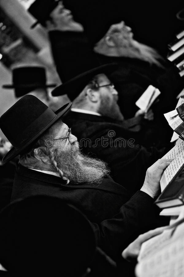 Lezajsk, Polen - circa orthodoxem jüdischem Mann im März 2011 betet herein stockfoto
