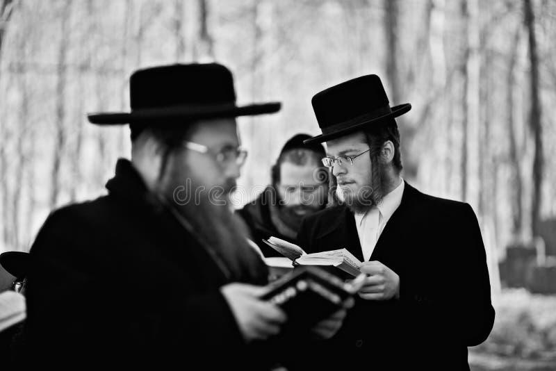 Lezajsk, Polonia - circa marzo 2011: L'uomo ebreo ortodosso prega dentro immagine stock