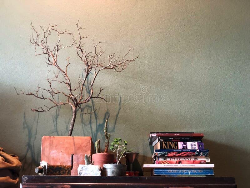 Lezing Conner op de koffie met donkere lichte, Uitstekende Stijl stock foto