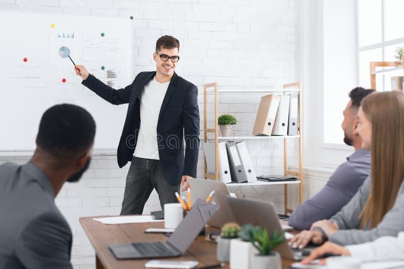 Lezing en opleiding in bedrijfsbureau voor collega's stock afbeeldingen