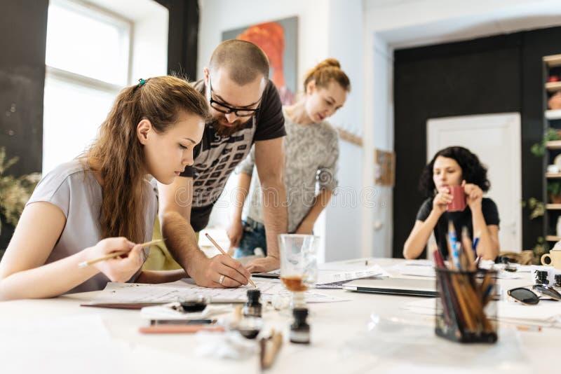 Lezing en opleiding in kalligrafiebureau voor een groep mensen stock foto's