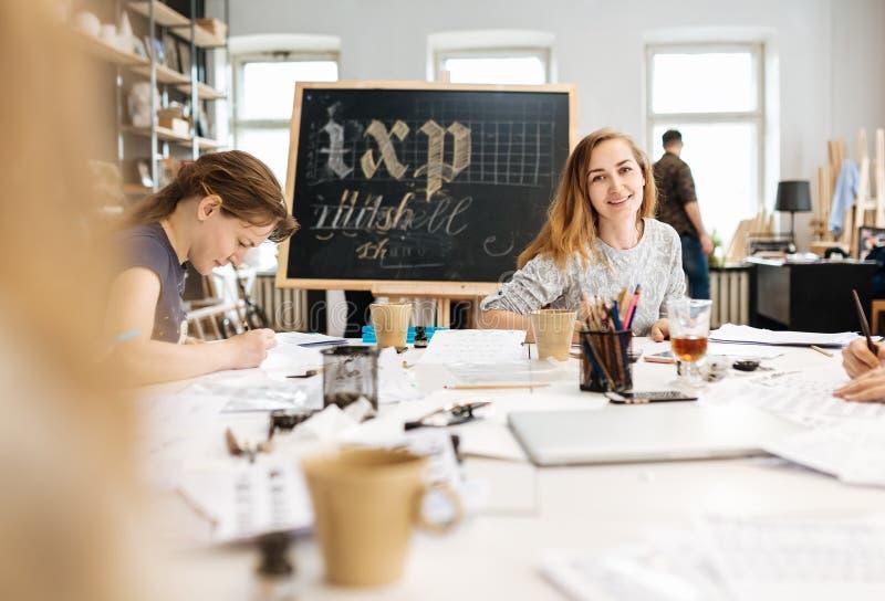 Lezing en opleiding in kalligrafiebureau voor een groep mensen royalty-vrije stock afbeelding