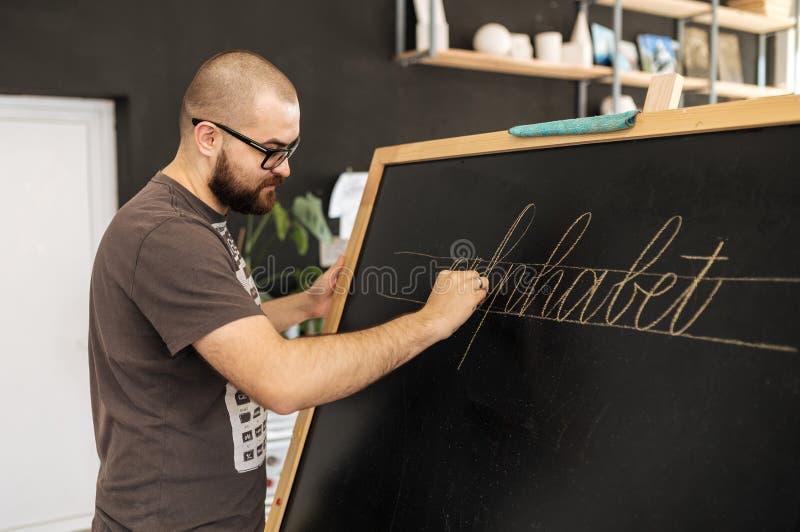 Lezing en opleiding in kalligrafiebureau voor een groep mensen royalty-vrije stock fotografie