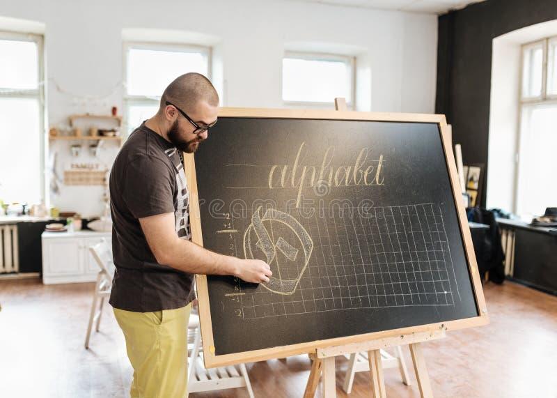 Lezing en opleiding in kalligrafiebureau voor een groep mensen royalty-vrije stock afbeeldingen