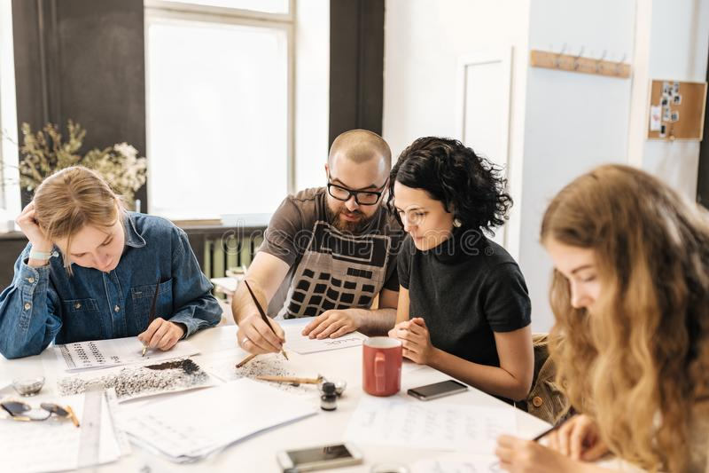 Lezing en opleiding in kalligrafiebureau voor een groep mensen royalty-vrije stock foto's